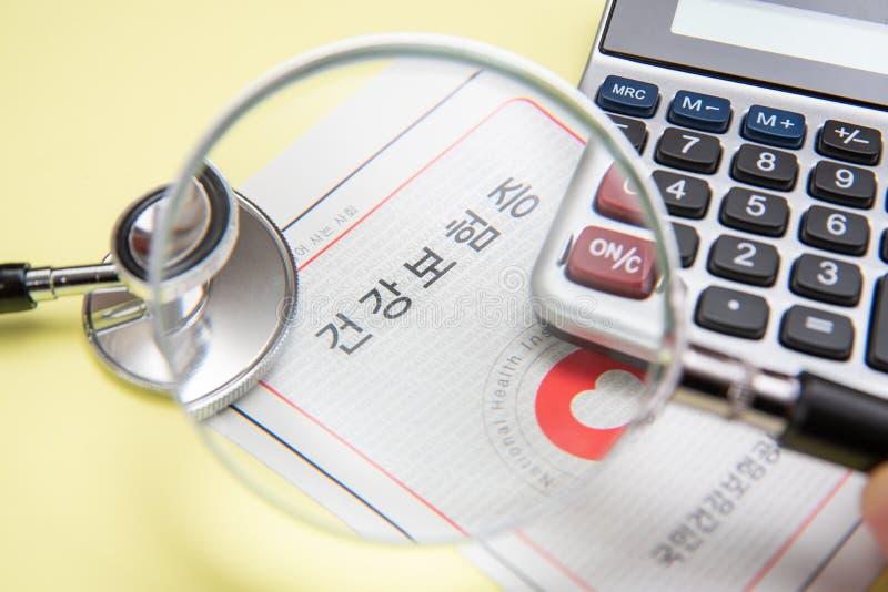 Conceito do seguro médico com um cartão do seguro de saúde imagem de stock royalty free