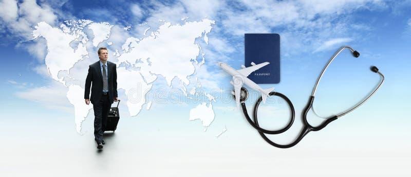 Conceito do seguro médico de curso internacional, homem de negócio com trole, estetoscópio, avião, passaporte no céu azul com map fotografia de stock