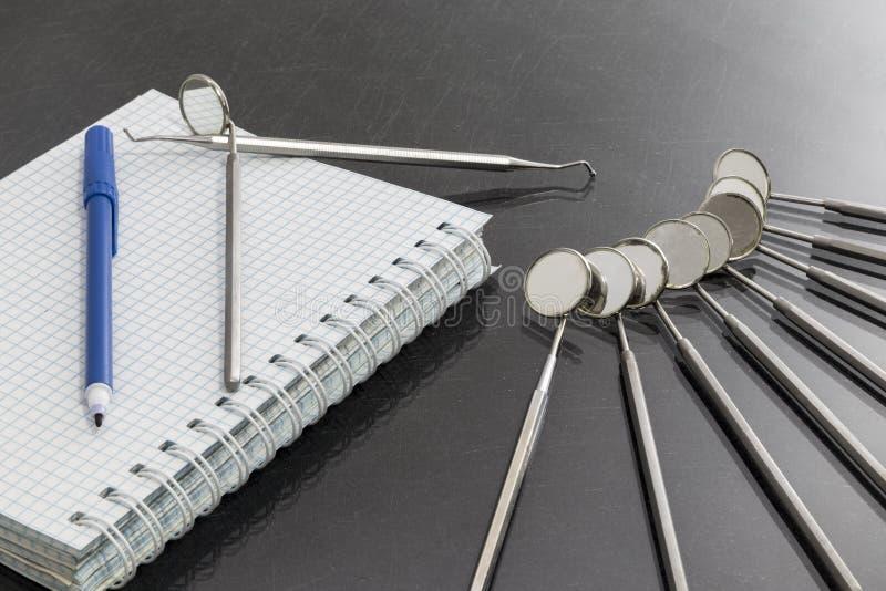 Conceito do serviço médico Grupo de ferramentas do equipamento médico do metal para cuidados dentários dos dentes imagens de stock