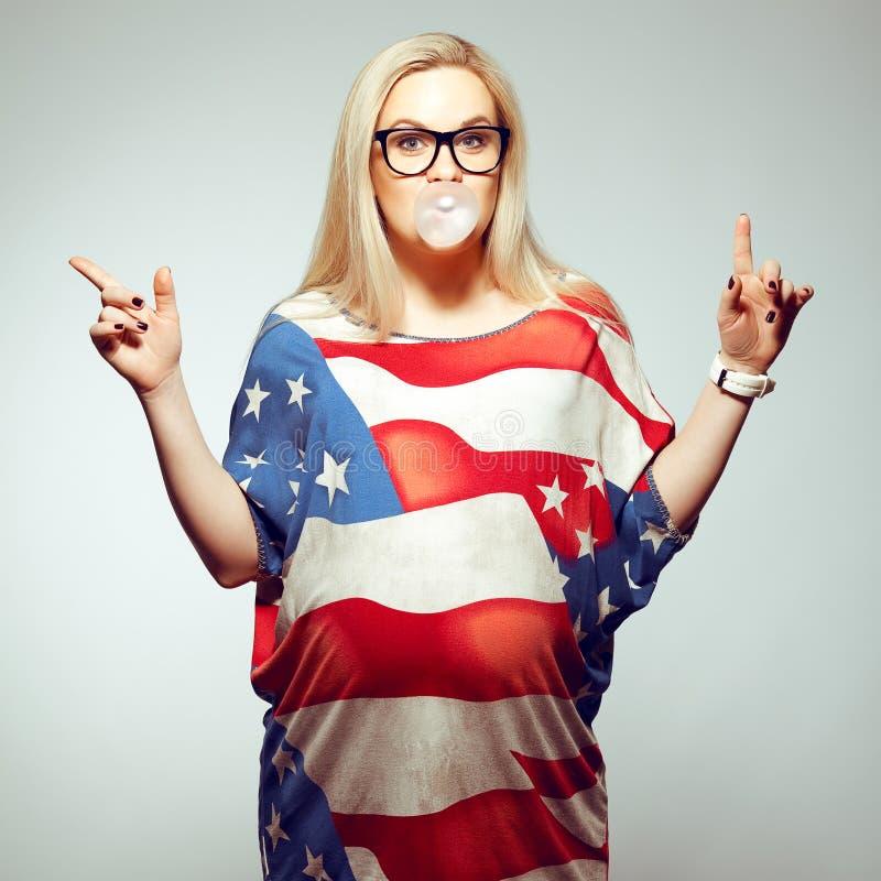 Conceito do sonho americano (estilo de vida): Mulher gravida nova imagens de stock royalty free