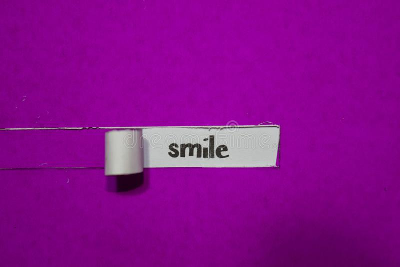 Conceito do sorriso, da inspiração, da motivação e do negócio no papel rasgado roxo imagens de stock