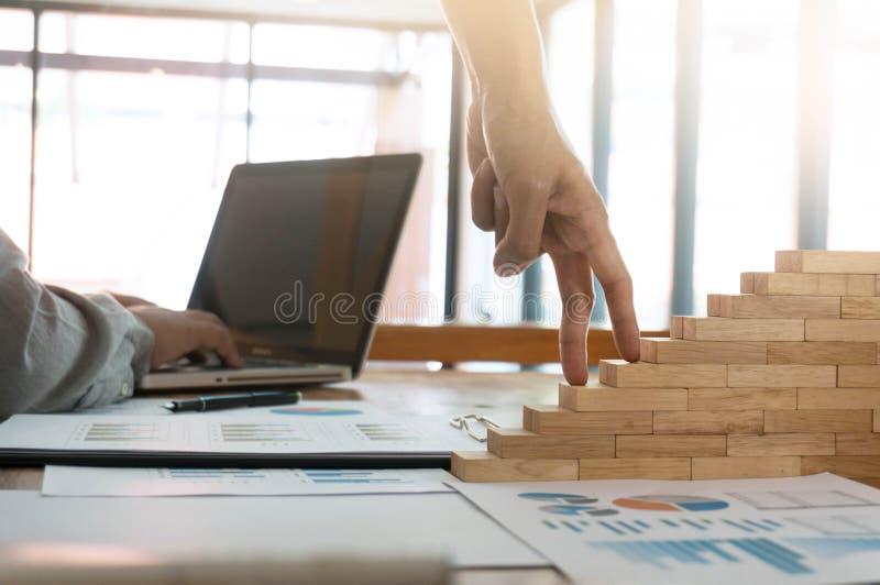 Conceito do sucesso com a mão da mulher de negócio que escala o bloco de madeira s fotos de stock