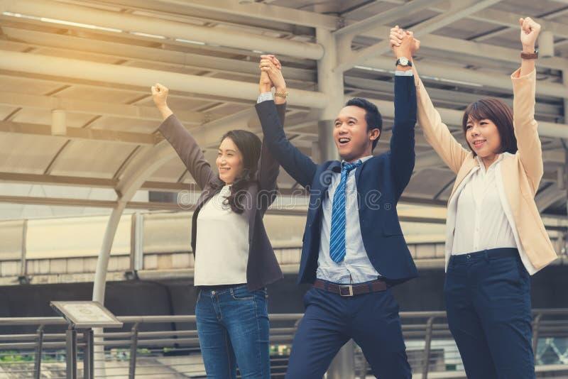 Conceito do sucesso comercial: o homem de negócios que comemora a vitória excede imagem de stock