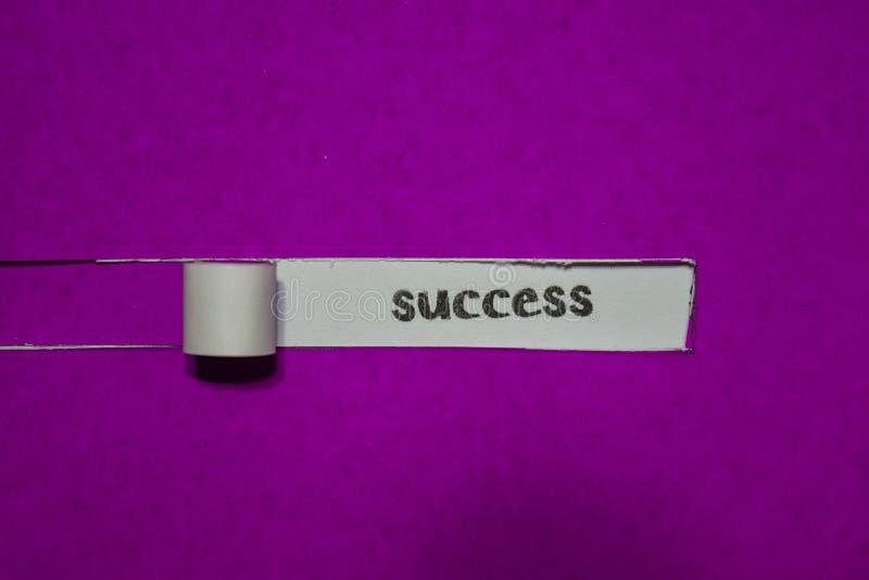 Conceito do sucesso, da inspiração, da motivação e do negócio no papel rasgado roxo foto de stock royalty free
