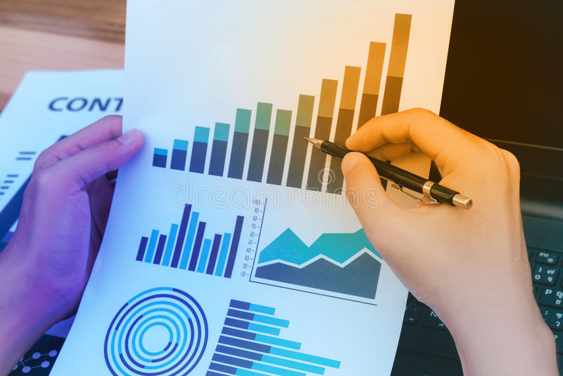 Conceito do sucesso das estatísticas de negócio: fina da analítica do homem de negócios imagens de stock