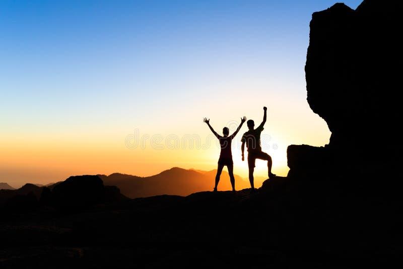 Conceito do sucesso dos caminhantes dos pares nas montanhas foto de stock royalty free