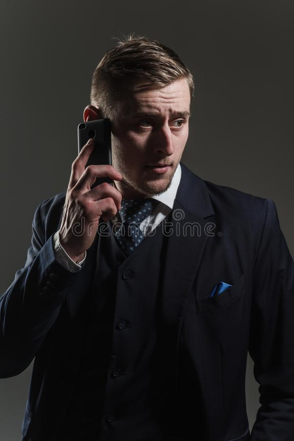 Conceito do telefone Conversa do homem no telefone móvel Telefone celular do uso do homem de negócios para uma comunicação empres imagens de stock royalty free