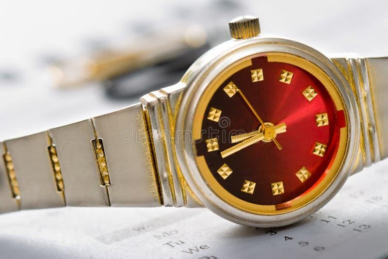 Conceito do tempo do relógio da mão fotografia de stock