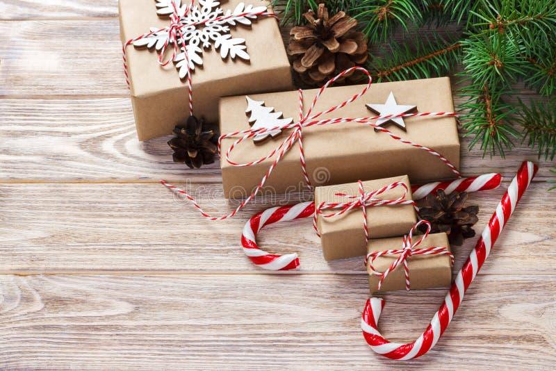 Conceito do tempo do Natal, presentes do Natal e bastão de doces tradicional dos doces do ano novo no bachground de madeira Espaç fotografia de stock royalty free