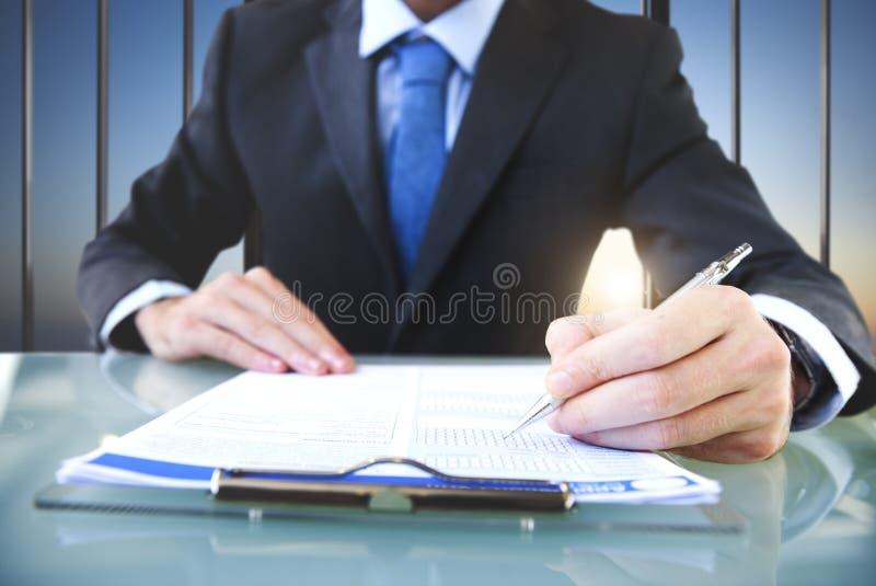 Conceito do terno de Signing Application Form do homem de negócios imagem de stock