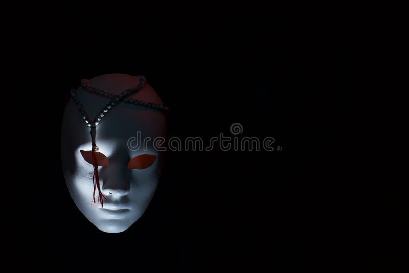 Conceito do terrorismo rosário da máscara e dos muçulmanos na obscuridade imagens de stock royalty free