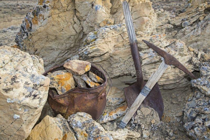 Conceito do trabalho das rochas da cubeta da pá da picareta dos mineiros imagem de stock