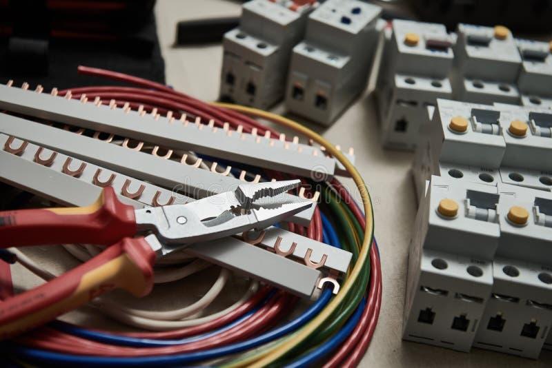 Conceito do trabalho do eletricista Alicates, cabo e disjuntores atuais imagem de stock royalty free