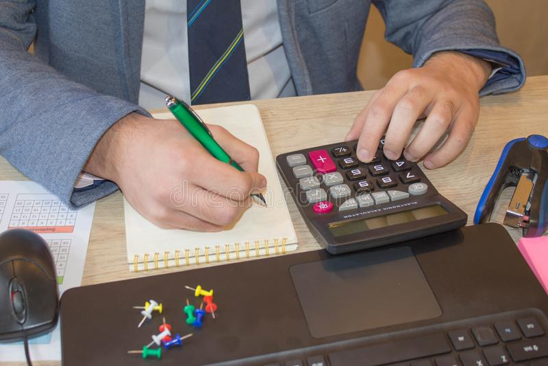 Conceito do trabalho do ` s do contador Orçamento, auditoria e conceito planeando do negócio Businesspersons que analisa o relató imagens de stock royalty free