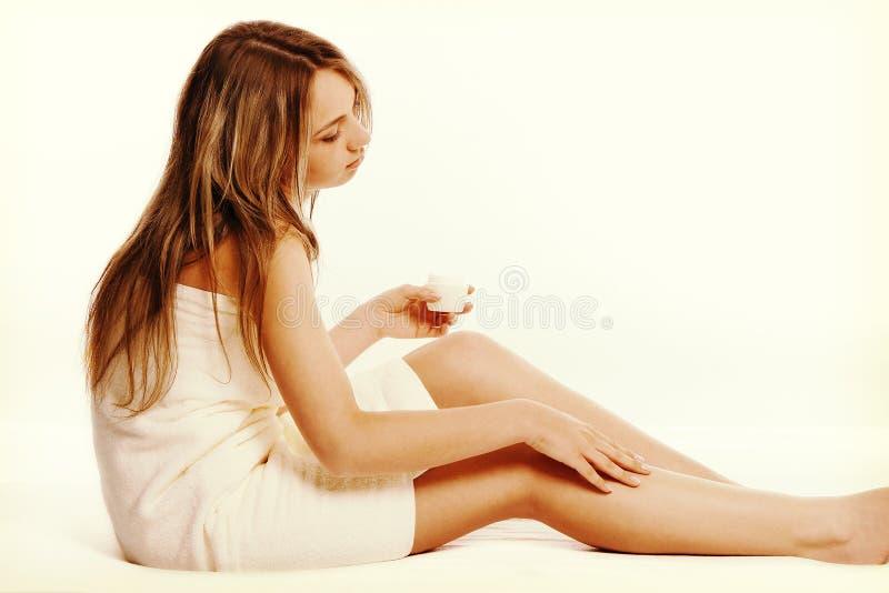 Conceito do tratamento da medicina alternativa e do corpo Jovem mulher de Atractive após o chuveiro com toalha imagens de stock