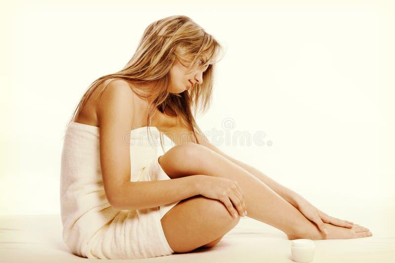 Conceito do tratamento da medicina alternativa e do corpo Jovem mulher de Atractive após o chuveiro com toalha foto de stock royalty free