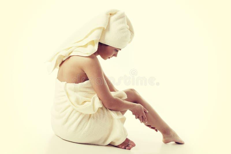Conceito do tratamento da medicina alternativa e do corpo Jovem mulher de Atractive após o chuveiro com toalha fotografia de stock royalty free