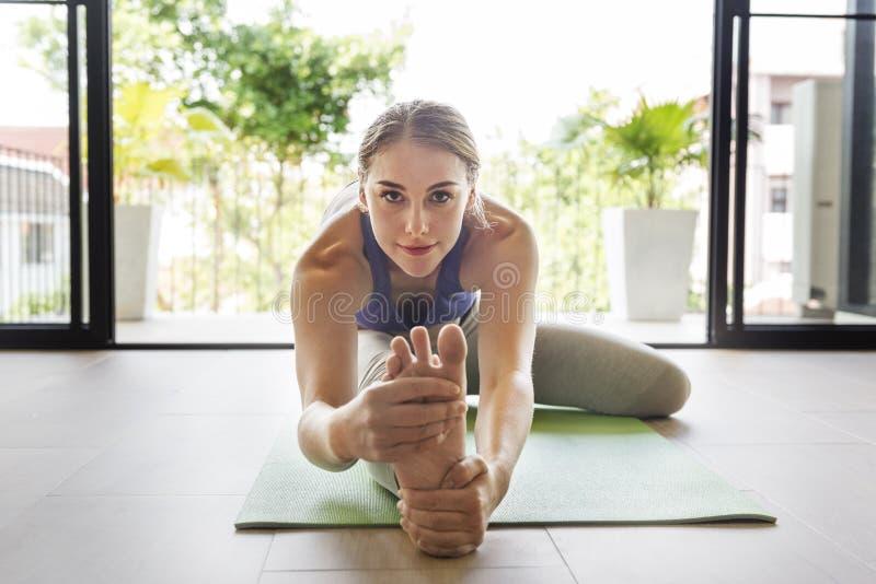 Conceito do treinamento da pose da prática da ioga da mulher imagem de stock