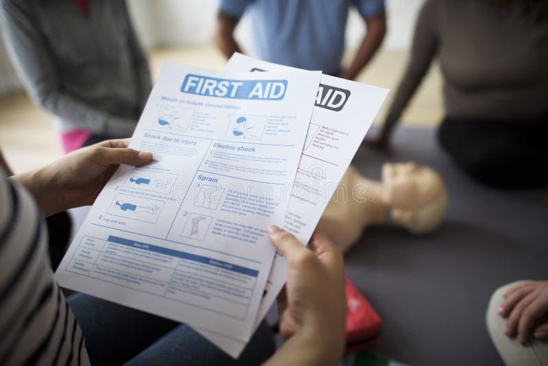 Conceito do treinamento dos socorros do CPR primeiro imagens de stock