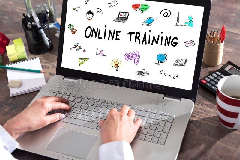 Conceito do treinamento em linha em uma tela do portátil foto de stock