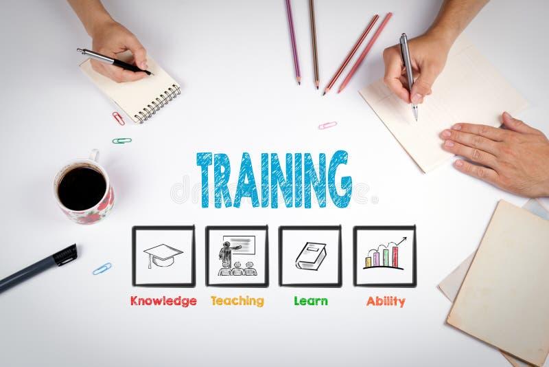 Conceito do treinamento A reunião na tabela branca do escritório foto de stock