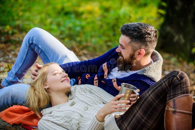 Conceito do turismo Tempo do piquenique Pares de amor felizes que relaxam no parque junto Pares românticos da floresta do piqueni foto de stock