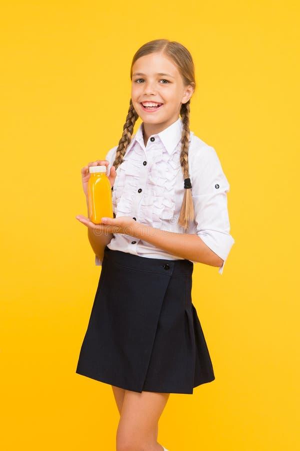Conceito do vegetariano Energia do suco de fruto Almo?o escolar Batido de sorriso da bebida da criança Alimento saud?vel Nutri??o imagem de stock royalty free