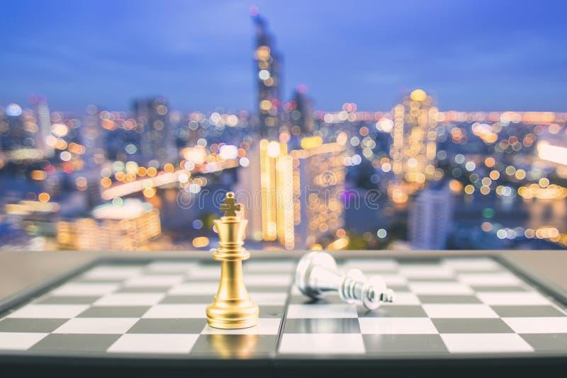 Conceito do vencedor, xadrez dourada da vitória do rei na placa na noite c imagem de stock royalty free
