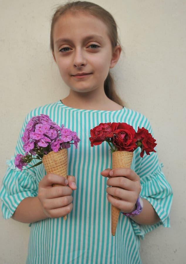 Conceito do verão com a moça que guarda um cone da flor fotos de stock