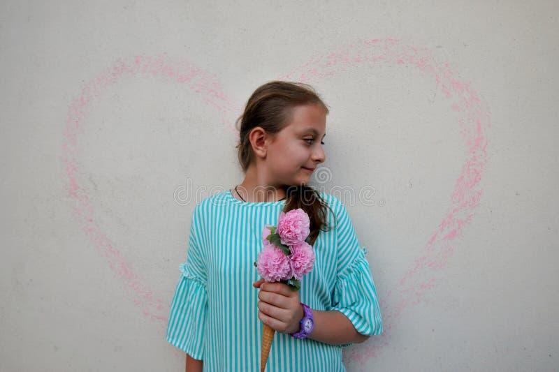 Conceito do verão com a moça que guarda um cone da flor fotos de stock royalty free