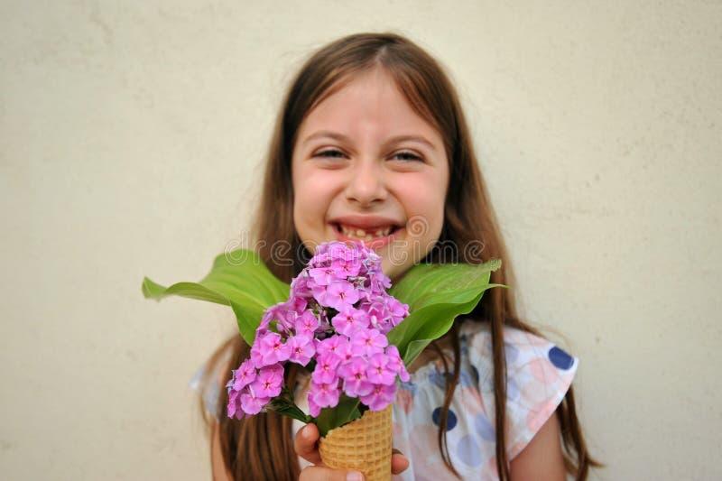 Conceito do verão com a moça que guarda um cone da flor foto de stock royalty free