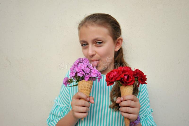 Conceito do verão com os cones da flor da terra arrendada da moça foto de stock royalty free