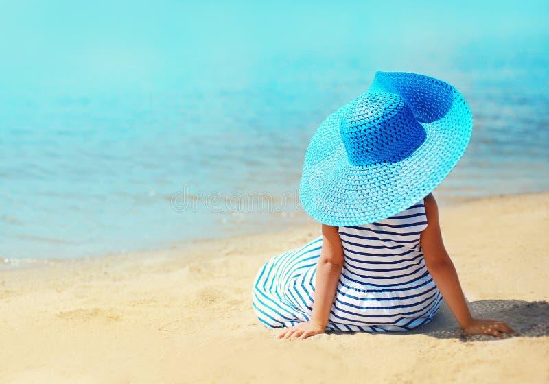 Conceito do verão, das férias, do curso e dos povos - menina bonita fotos de stock
