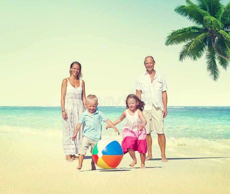 Conceito do verão do feriado da apreciação da praia da família imagem de stock royalty free