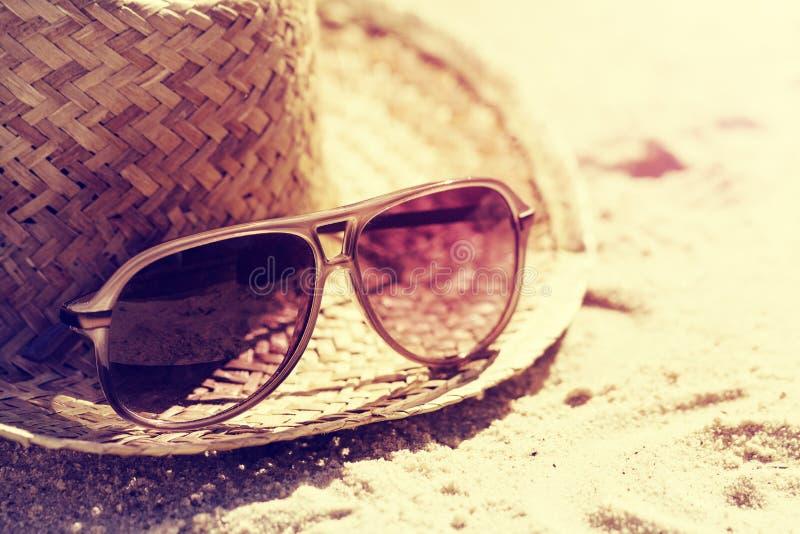 Conceito do verão ou das férias Óculos de sol bonitos com Straw Hat imagem de stock royalty free