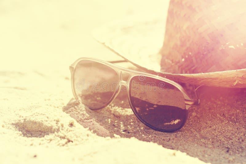 Conceito do verão ou das férias Óculos de sol bonitos com Straw Hat imagem de stock