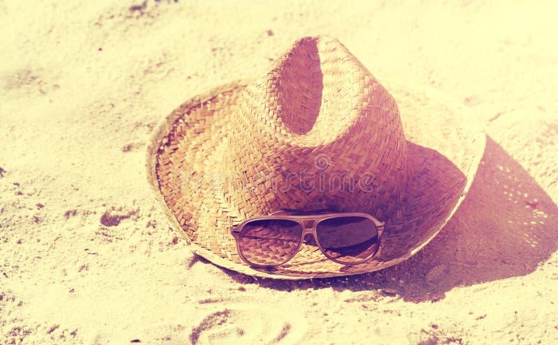 Conceito do verão ou das férias Óculos de sol bonitos com Straw Hat fotografia de stock royalty free
