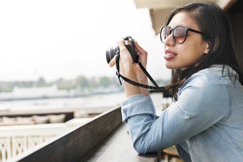 Conceito do viajante de Hipster Street Ware do fotógrafo da mulher fotos de stock royalty free