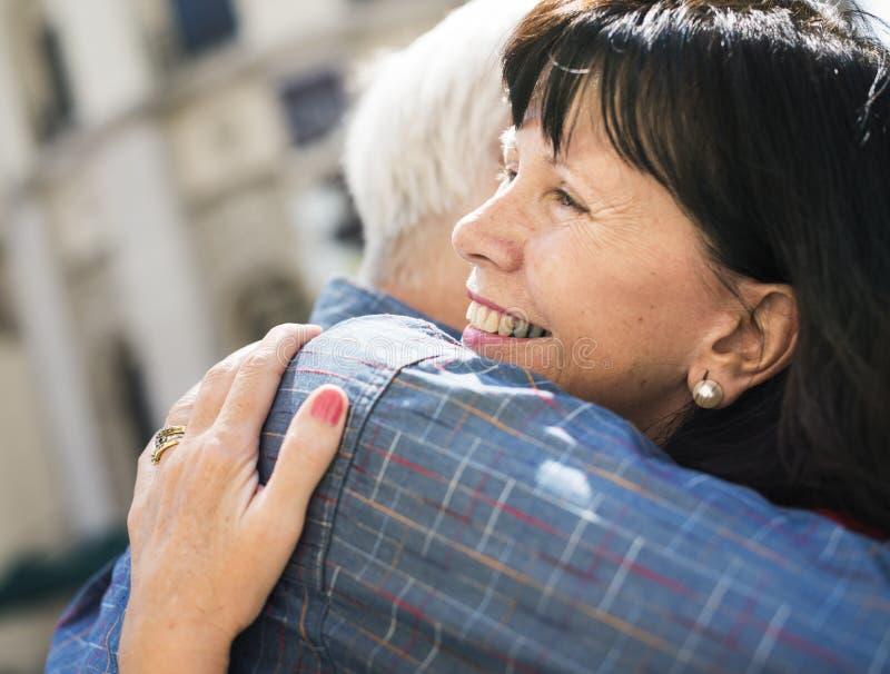 Conceito doce do abraço do amor superior dos pares fotos de stock royalty free