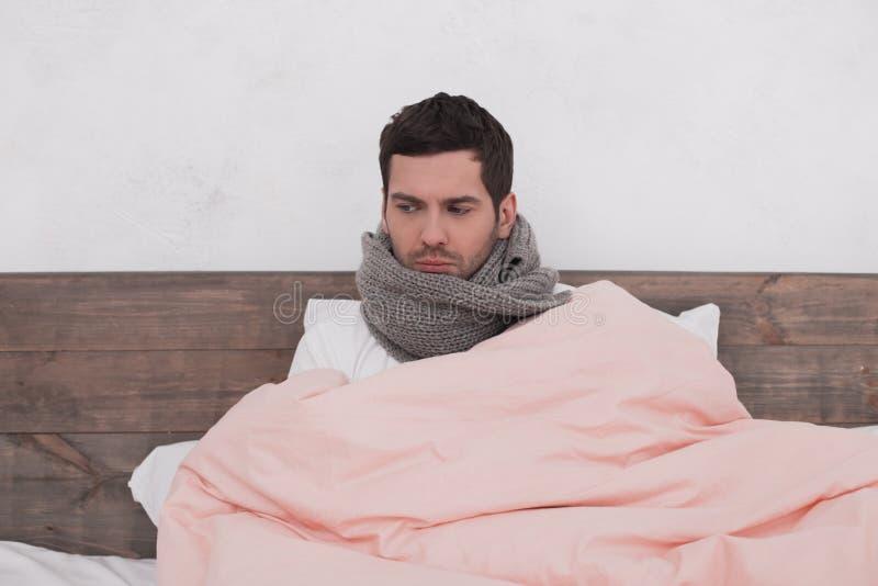 Conceito doente da febre do homem novo foto de stock