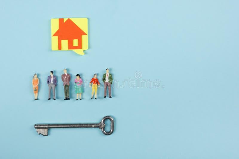 Conceito 6 dos bens imobiliários As bolhas e os povos vazios do discurso brincam figuras construção, construindo Casa modelo de p fotos de stock