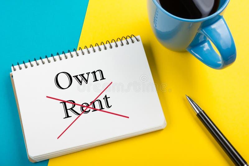Conceito 6 dos bens imobiliários Bloco de notas com mensagem da compra ou do aluguel, copo de café, pena e flor Materiais de escr imagem de stock