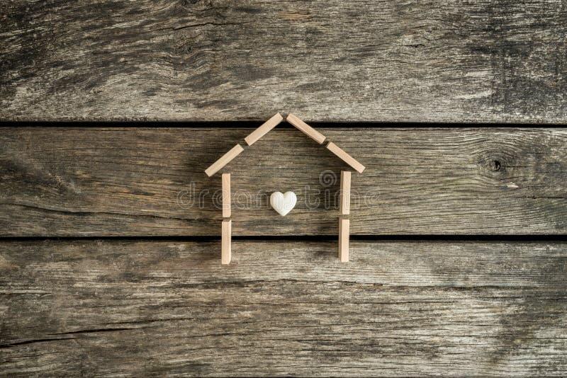 Conceito dos bens imobiliários com um coração dentro do quadro de uma casa fotos de stock