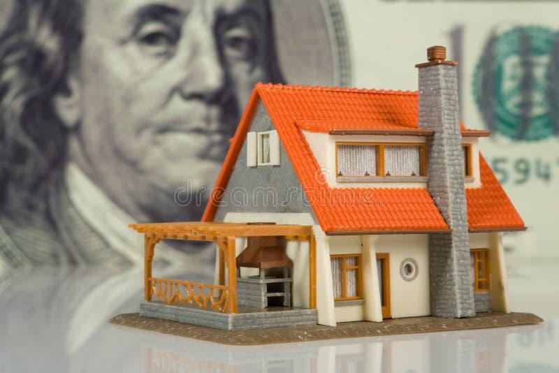 Conceito dos bens imobiliários no fundo grande do dólar fotos de stock