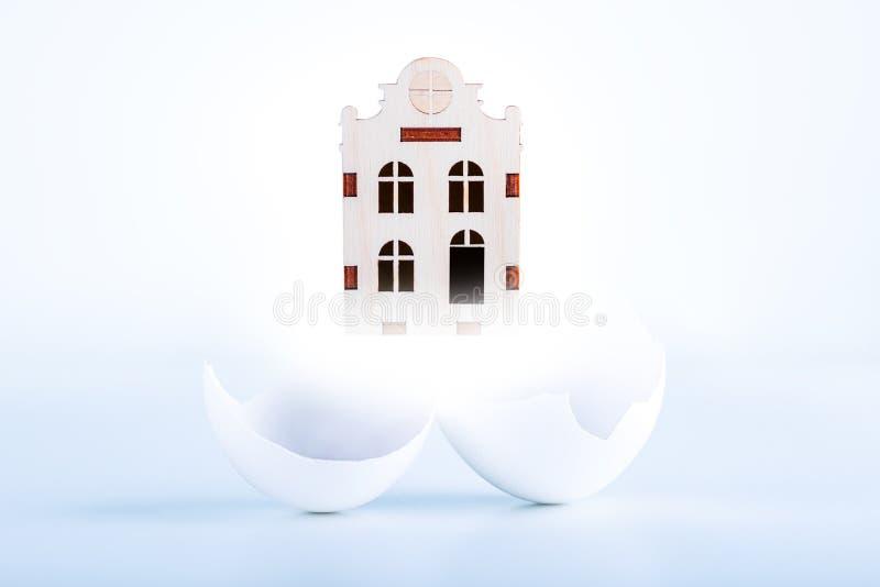Conceito dos compradores da casa nova, empréstimo hipotecário Sonho sobre a casa nova fotos de stock royalty free