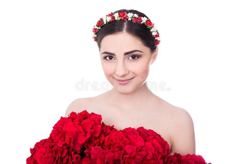 Conceito dos cuidados com a pele - a mulher bonita nova com vermelho floresce o isola foto de stock