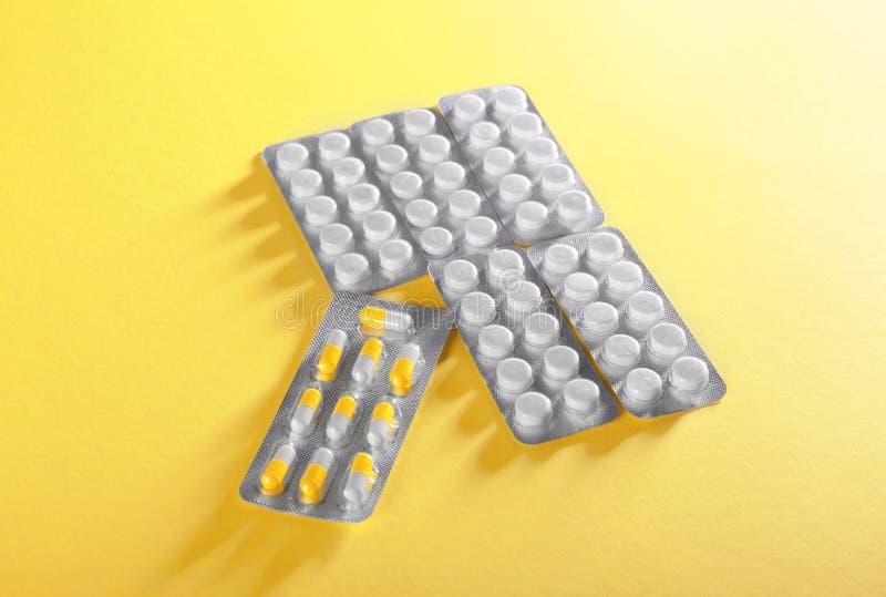 Conceito dos cuidados médicos Blocos com tabuletas em um fundo espaçoso Narcóticos farmacêuticos de Prescripted Terapia médica mo imagem de stock royalty free