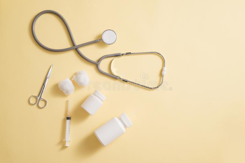Conceito dos cuidados médicos Composição com comprimidos e material médico sobre fotos de stock
