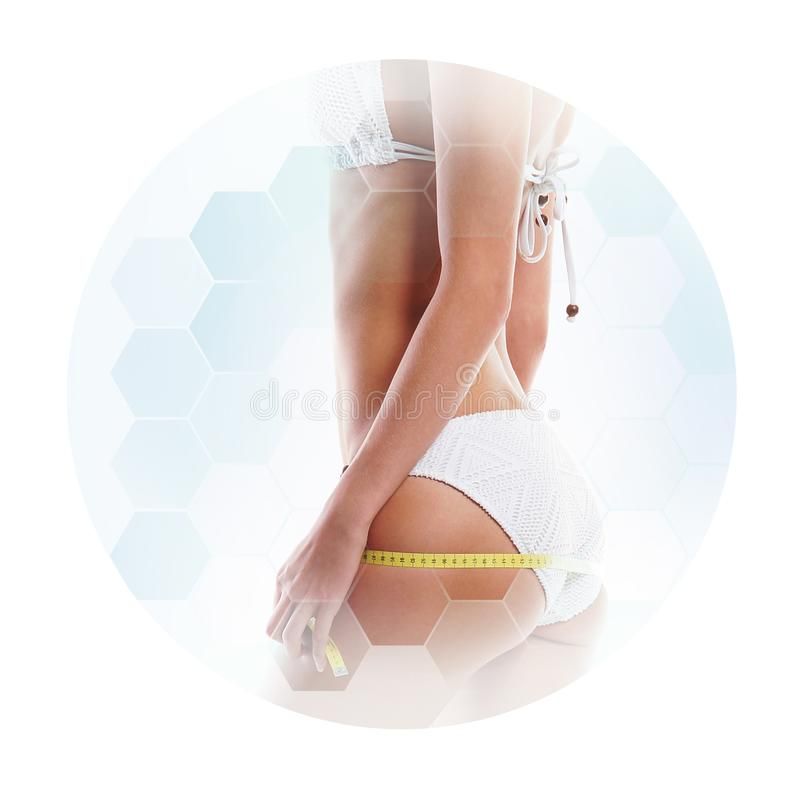 Conceito dos cuidados médicos, da dieta, do esporte e da beleza Corpo fêmea bonito Mulher no roupa de banho branco imagens de stock royalty free