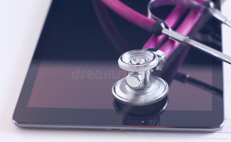 Conceito dos cuidados médicos e da tecnologia - marque o PC, o estetoscópio e a tabuleta na tabela fotografia de stock